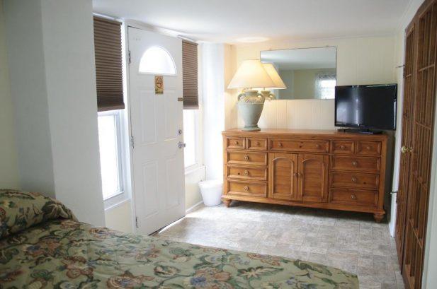 Suite A - Spacious 675 sq. ft., 2 Bedroom, sleeps 8