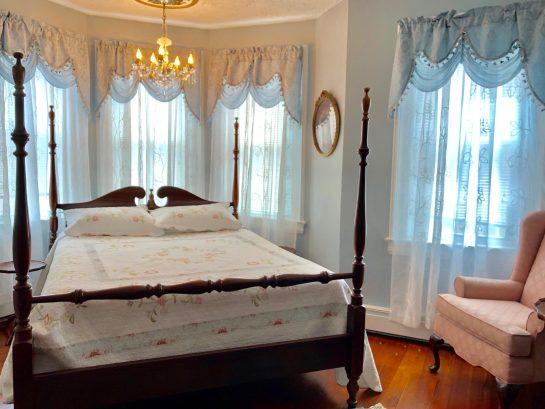 Memories bedroom: queen bed & en suite powder room