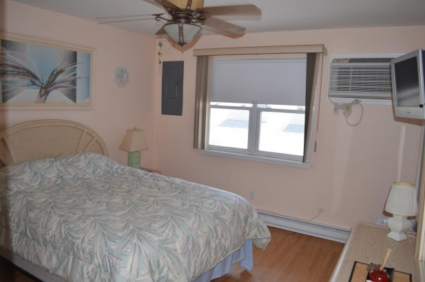 Queens size bed. A/C, ceiling fan and TV