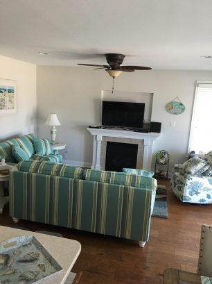 Living room w/ 48' TV & wifi