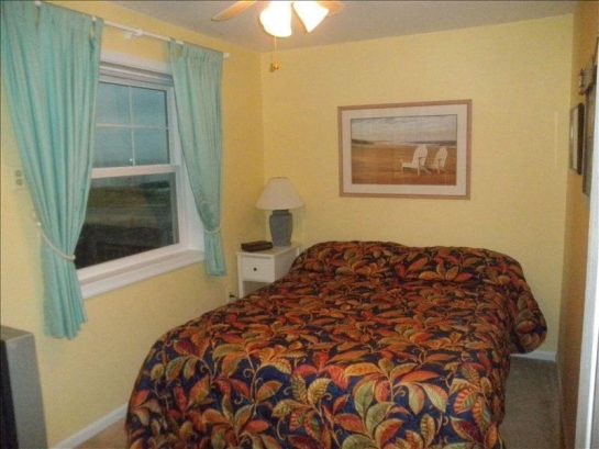 Middle bedroom with queen size bed. Very comfortable.