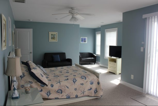 Master bedroom, w/ sitting area, twin pull-out couch (good for small children)!