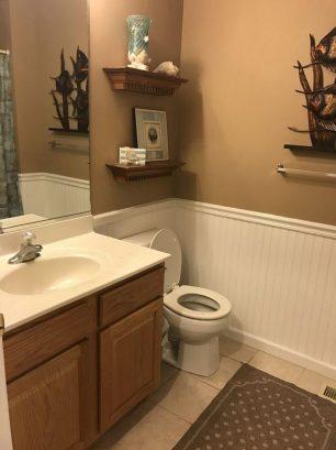Main Bathroom with Tub & Shower