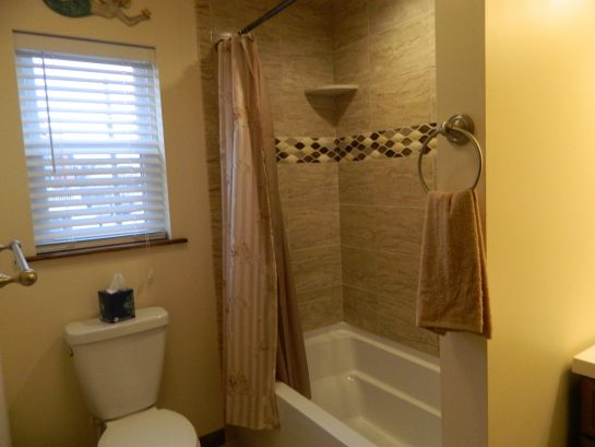 Upstairs bathroom with tub/shower