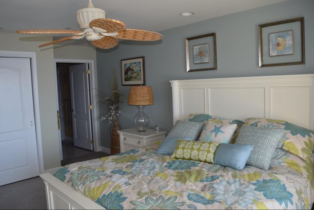 MASTER BEDROOM WITH PRIVATE BATHROOM/LARGE CLOSET