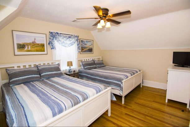 Additional spacious bedroom with 2 queen beds