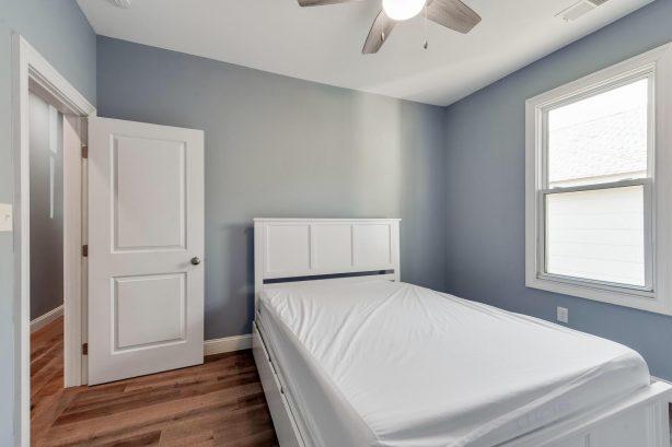 left unit BR 1 queen bed