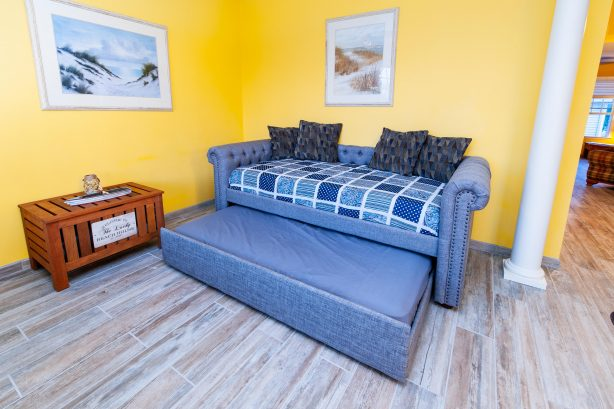 ❤️Enjoy the cozy and fun Greet Room which has a very comfortable Double Day Bed with an XL Twin on top and a regular Twin on bottom. Experience wonderful art and decorations, you will enjoy spending time in this room!