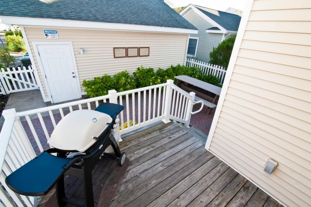 ❤️Enjoy a Barbeque with family and friends on your very own outside Deck! We supply a large propane Grill and the propane! Imagine yourself grilling on the deck with the stunning views, sounds and smells of the ocean. It is an extremely popular activ