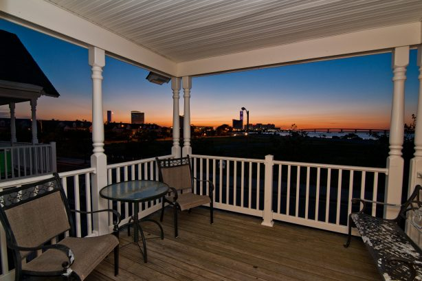 ❤️Experience unforgettable views both day and night from the 2nd floor DECK! The deck is Large with stunning views any time of day or night! Wind down have a glass of wine and enjoy the great Ocean, Water, and City views at The Lucky Beach House! WOW!