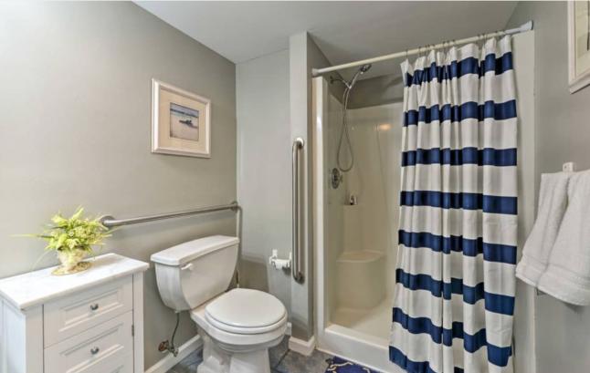 1st floor en suite bathroom (accessible)