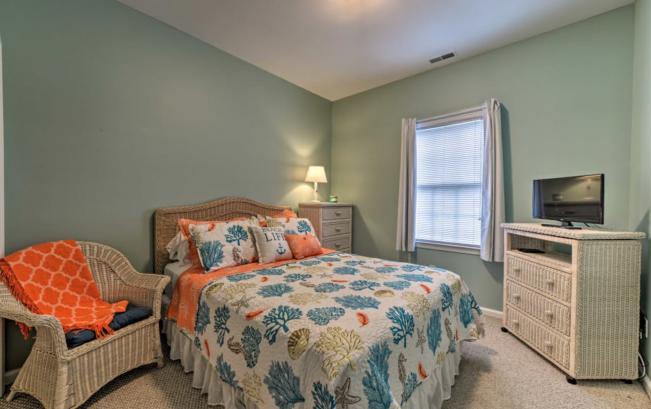 3rd floor bedroom (queen bed)
