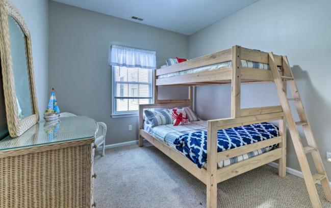 3rd floor bedroom (twin over full bunk bed)