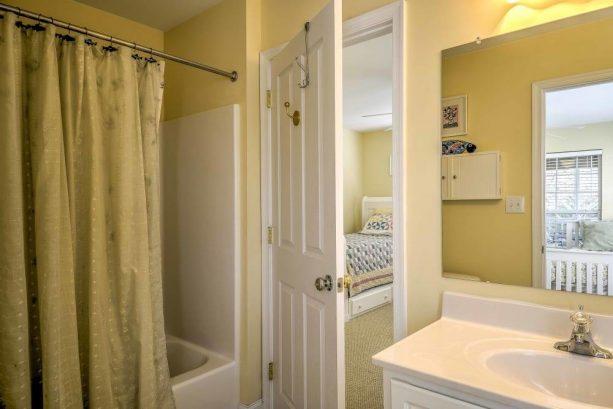 Take a bath in the en-suite bathroom!